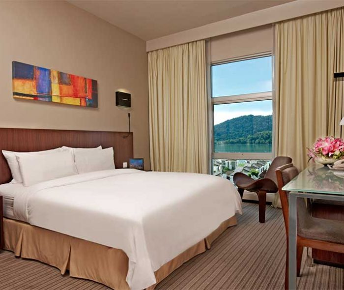 04-Club-deluxe-seaview-king-bed